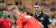 Christian Prokop, Handball-Bundestrainer, beobachtet das Training