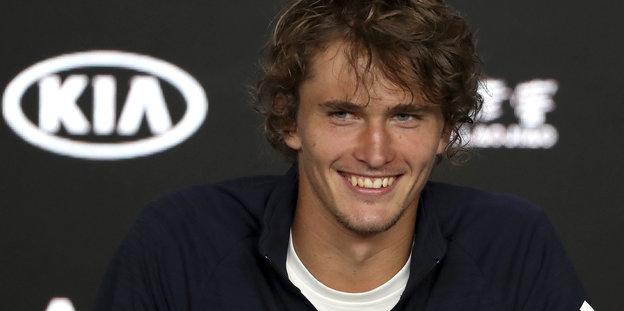 Alexander Zverev lächelt in die Kamera