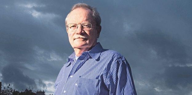 Der Schriftsteller Kent Haruf vor dunklen Wolken