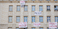 Protesttransparente an Hausfassade