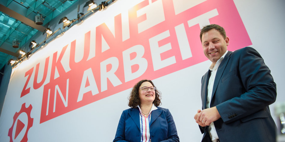 Andrea Nahles steht neben Lars Klingbeil dahinter steht