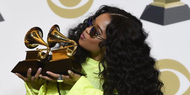 Eine Frau küsst einen Grammy