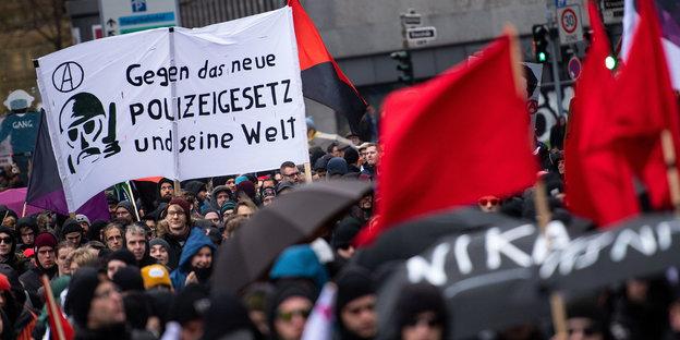 demonstration gegen polizeigesetz mit bannern