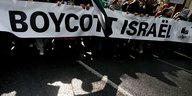 "Demonstrierende mit Transparent, darauf ""Boycott Israel"""