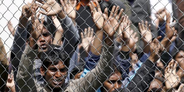 Hinter Stacheldraht: Protestierende Flüchtlinge auf Lebos