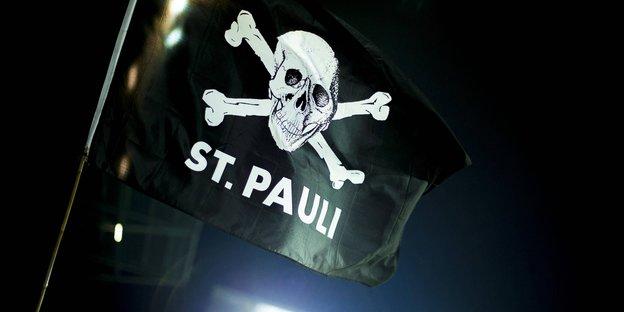 Eine schwarze Flagge mit weißem Totenkopf und
