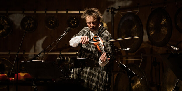 Laurie Anderson mit E-Geige