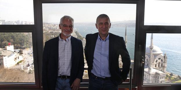 """ZDF-Studioleiter Jörg Brase und """"Tagesspiegel""""-Korrespondent Thomas Seibert posieren in Istanbul für ein Foto, bevor sie die Türkei verlassen müssen"""