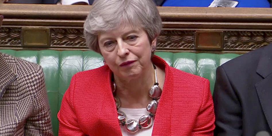 Die britische Ministerin Theresa May sitzt im Unterhaus und guckt enttäuscht