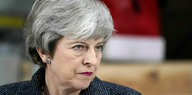 Theresa May guckt streng