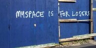 "Blaue Wand mit dem Graffito ""Myspace is for Loosers"""