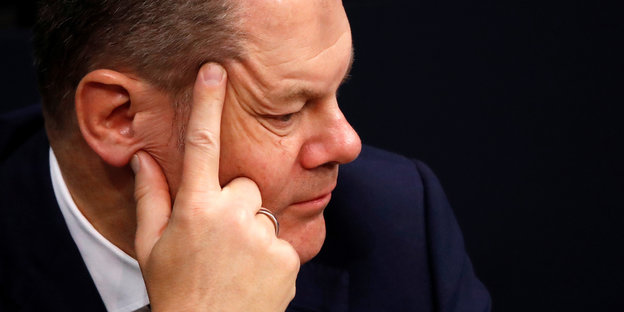 Olaf Scholz in Denkerpose