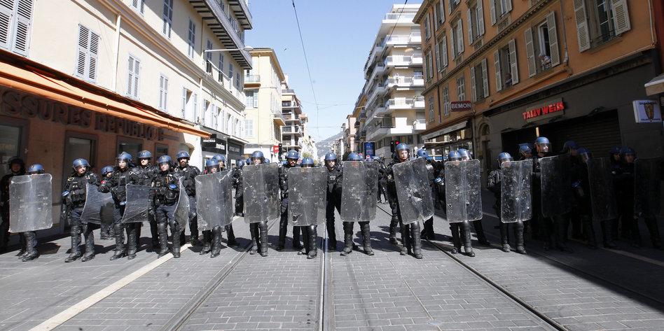 Polizei-gegen-Gelbwesten-in-Nizza-73-j-hrige-Frau-schwer-verletzt