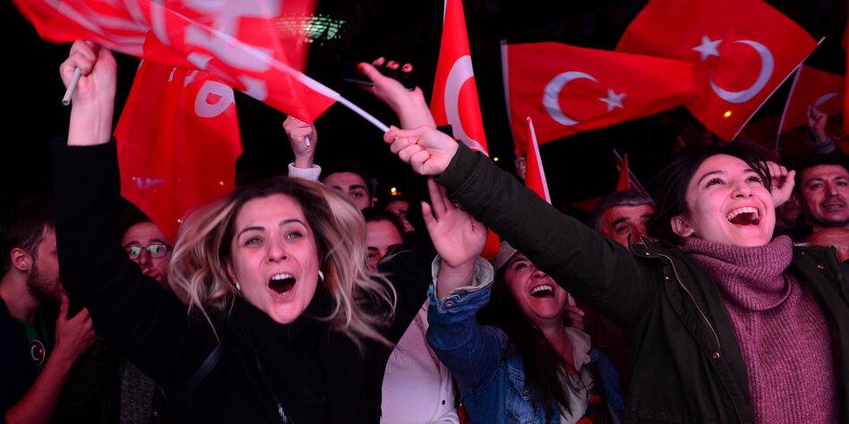 Frauen mit türkischen Flaggen