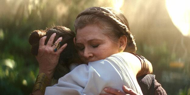 """General Leia Organa (Carrie Fisher) und Rey (Daisy Ridley) in einer Szene des Films """"Star Wars: Episode IX - The Rise of Skywalker"""""""