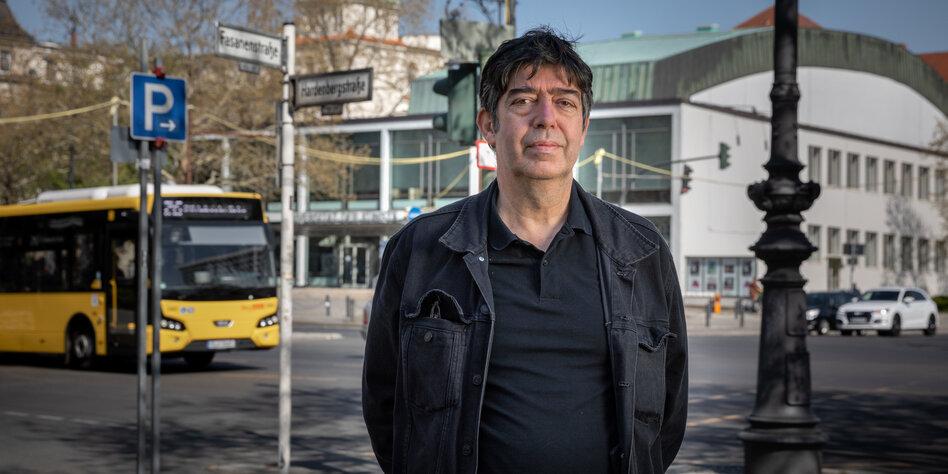 Ein Mann, Nihat Kentel, steht an einer Berliner Straßenecke und blickt in die Kamera