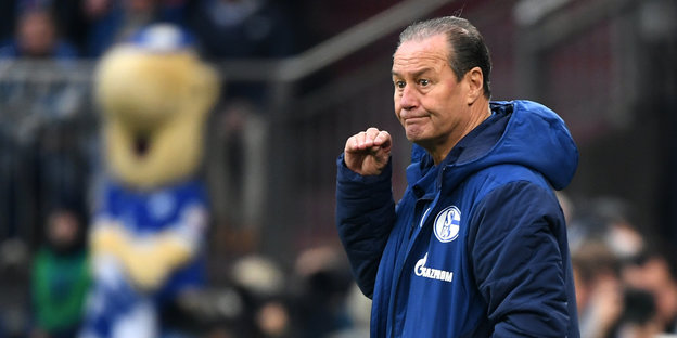 Huub Stevens in blauer Trainingsjacke