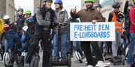 Demonstrant*innen auf Hoverbords und E-Skateboards