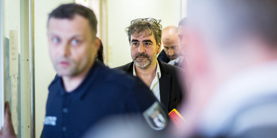 Deniz Yücel, deutsch-türkischer Journalist, am Amtsgericht Tiergarten