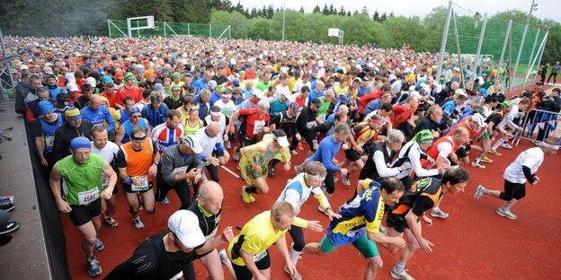 Das Feld der Marathonläufer setzt sich in Bewegung