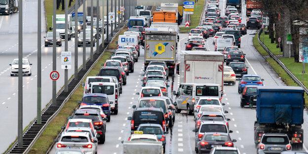 Vierspurige Straße mit Autokolonnen