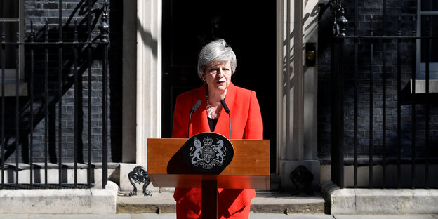 Theresa May steht vor Downing Street 10
