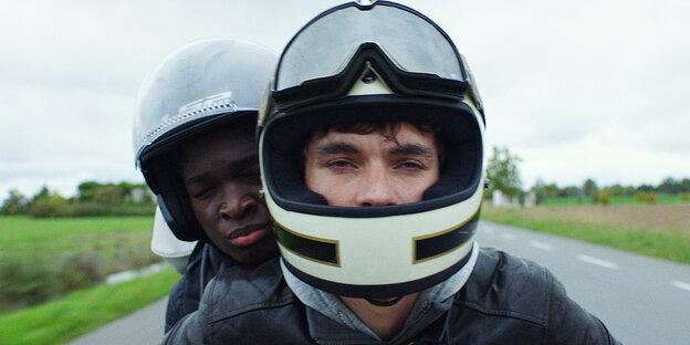 Zwei junge Männer auf einem Motorrad
