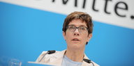 Annegret Kramp-Karrenbauer am Redepult