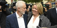 Die Siegerin in Peterborough Lisa Forbes und Parteichef Jeremy Corbyn