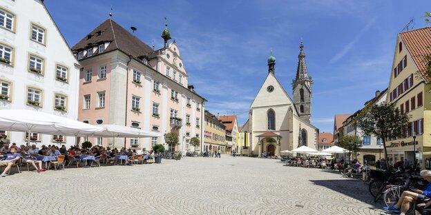 Hauptplatz von Rottenburg am Neckar mit Kirche
