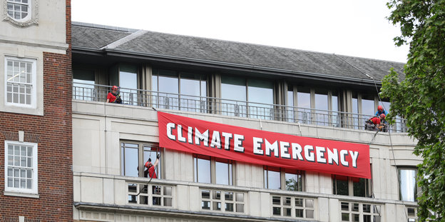 Banner Climate Emergency in London