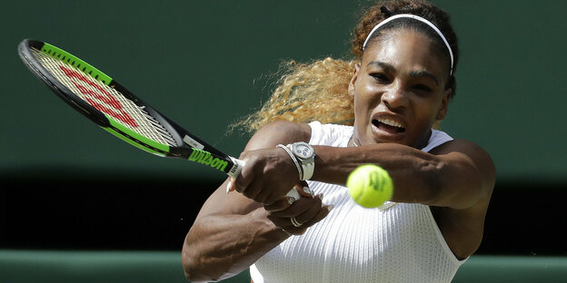 Serena Williams spielt Tennis
