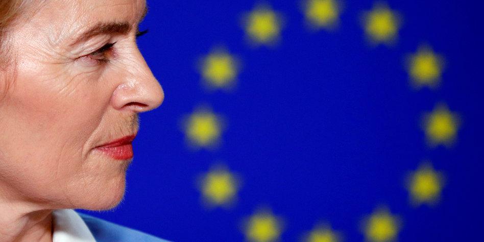 Ursula von der Leyens Gesicht im Profil vor einer EU-Fahne