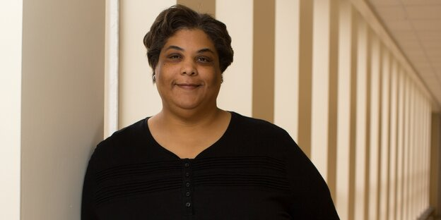 US-Autorin Roxane Gay im Flur der Eastern Illionois University