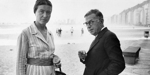 Simone de Beauvoir mit Jean-Paul Sartre am Strand