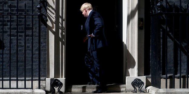 Boris Johnson tritt in die Downing Street 10