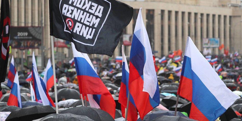Russische Flaggen auf verregneter Demo