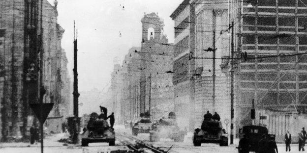 Panzer rollen 1953 durch eine abgeriegelte Straße Ost-Berlins