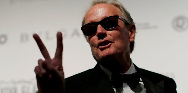 Peter Fonda macht das V-Zeichen