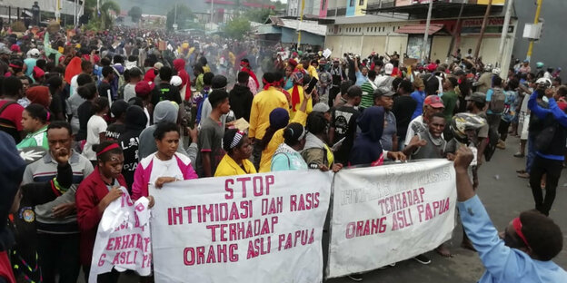 Demonstranten in Manokwari halten ein Transparent