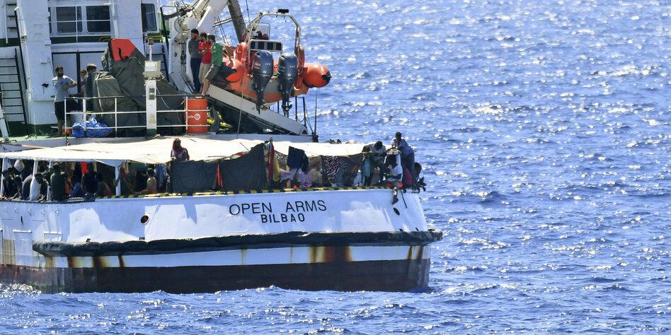 Spanien schickt Marineschiff