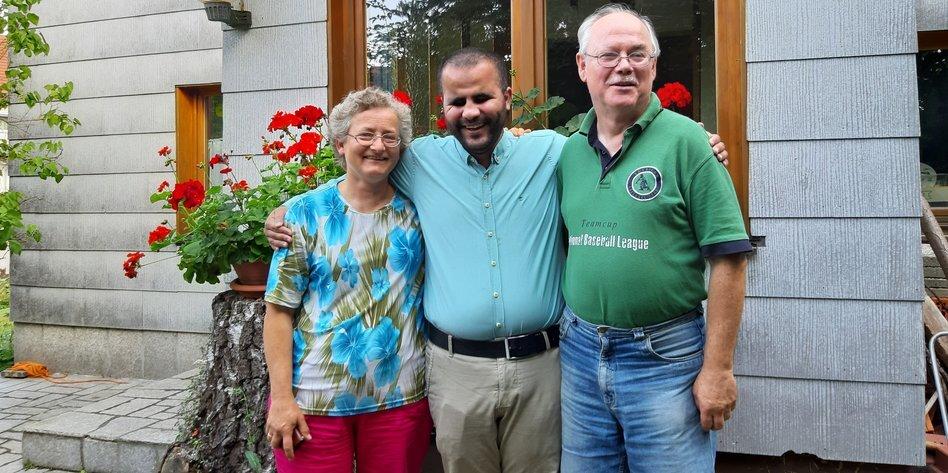 Mheddin Saho zwischen seinen Gasteltern Gerhard und Gisela Zierer