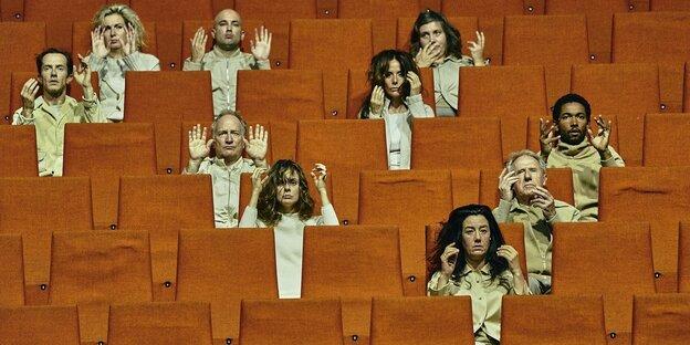 Schauspielerinnen auf Stühlen
