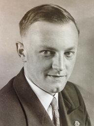 Ein altes Schwarzweiß-Porträt eines Mannes. Es ist Karl Puchner