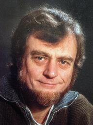 Das Porträt eines Manns mit Bart. Es ist Günter Puchner