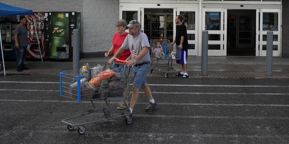 Nach Massaker in Walmart-Filiale: US-Apothekenketten verbieten das Tragen von Schusswaffen