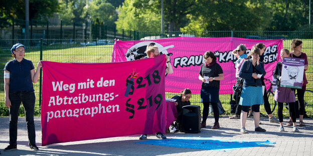 DemonstrantInnen mit Transparenten