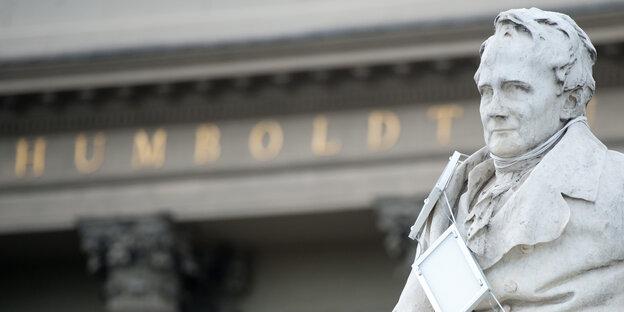 Ein Denkmal für Alexander von Humboldt steht vor der nach ihm benannten Universität