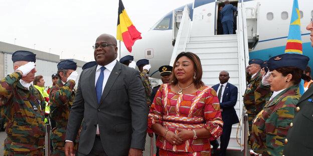 Kongos Präsidentenpaar steht vor dem Regierungsflugzeug, Soldatinnen salutieren