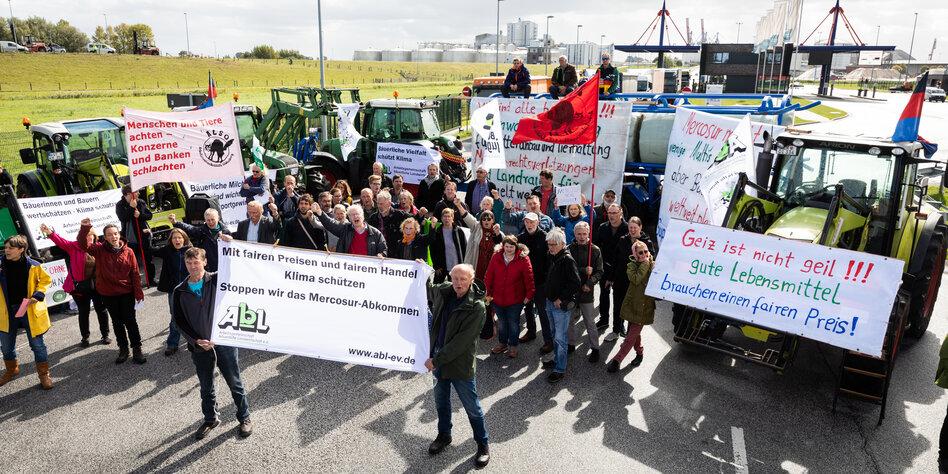 Bauern besetzen Hafen in Brake